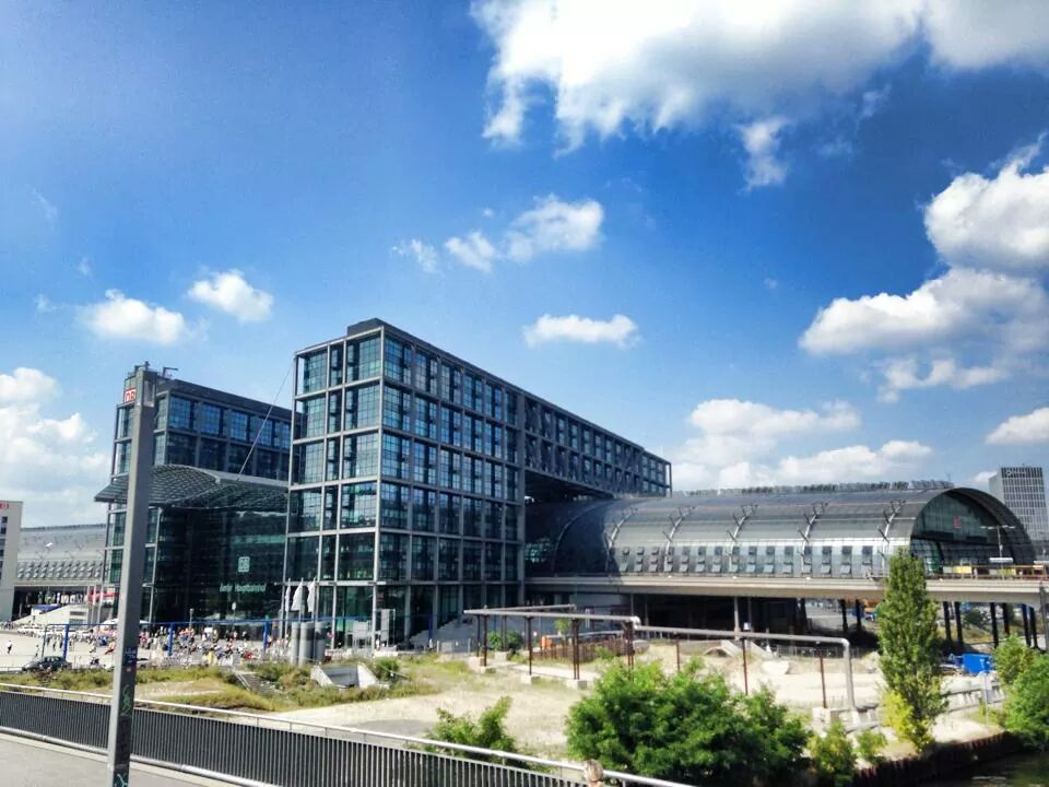 der Berliner Hauptbahnhof - Hbf